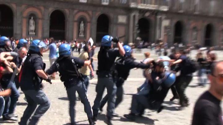 Napoli 07.05.13 - Aggressione neofascista e cariche della polizia contro gli studenti!