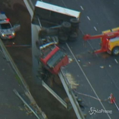 Australia, incidente stradale: camion resta appeso a un ...