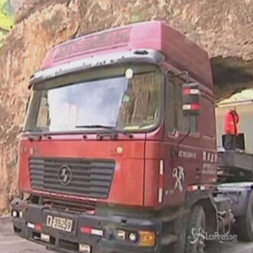 Cina, camion con grosso carico incastrato in tunnel per 6 ...