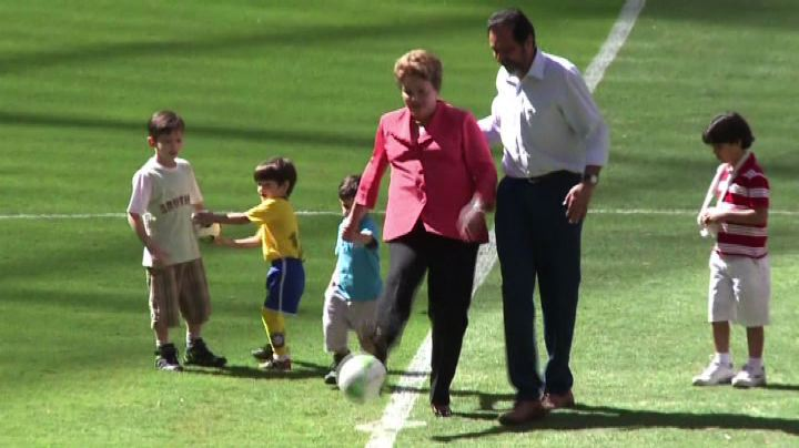 Un calcio al pallone, Rousseff inaugura stadio ...