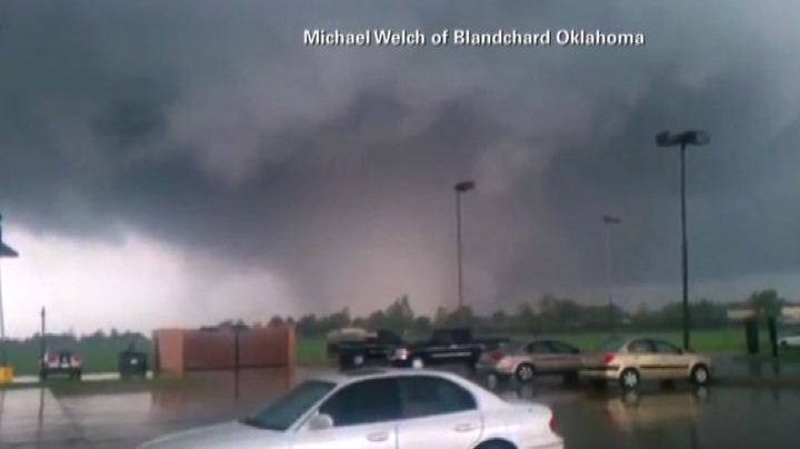 Tornado si abbatte su Oklahoma City: immagini amatoriali