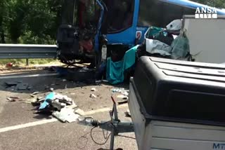 Molise:scontro camion,bus e auto,3 morti