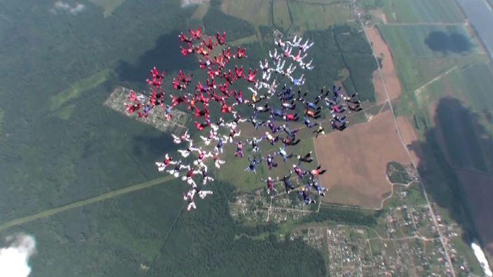 Russia il lancio record di 101 paracadutiste