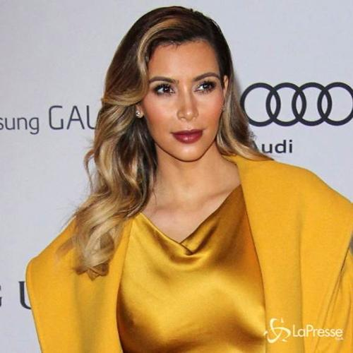 Kim Kardashian in discutibile abito color oro a Beverly ...