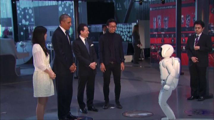 Per Obama partitella a calcio con un robot
