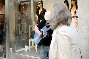 Musicista di strada a Stoccolma incanta i passanti cantando ...