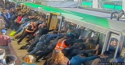 Passeggero intrappolato, i pendolari spostano il treno