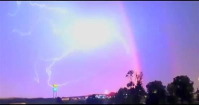Il fulmine penetra un doppio arcobaleno