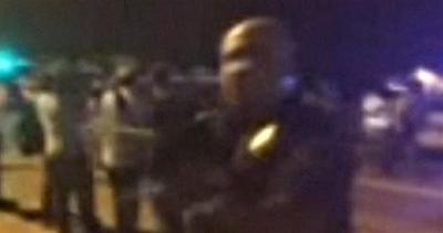 USA, agente punta fucile su manifestanti: licenziato