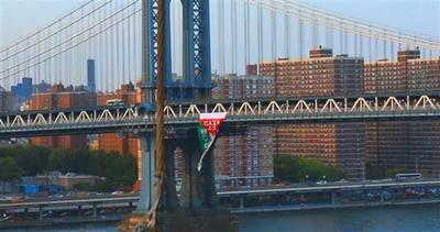 Gigantesca bandiera palestinese sul ponte di Brooklyn