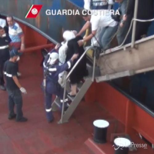 Sbarchi, soccorsi da guardia costiera 355 migranti