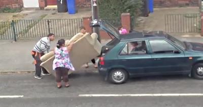 Una macchina troppo piccola per un divano troppo grosso     ...