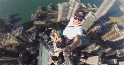 Selfie pazzesco da un'altezza vertiginosa