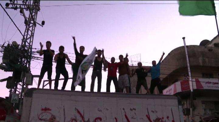 A Gaza migliaia di palestinesi in piazza festeggiano la ...