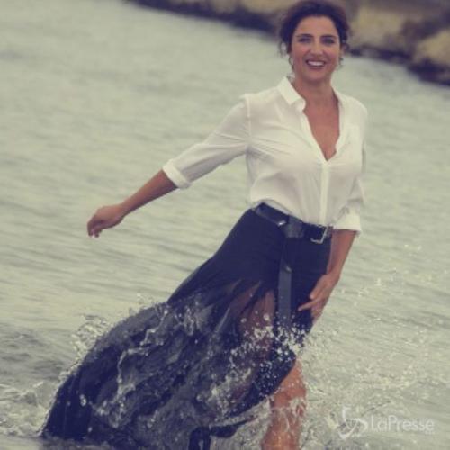 Luisa Ranieri posa fra le onde del Lido di Venezia: ...