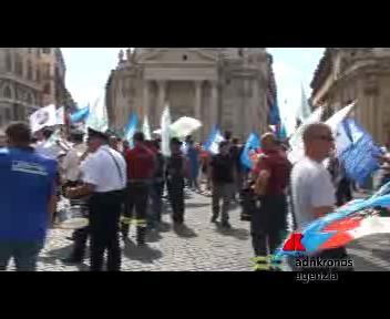 Roma, il Flash mob della polizia in piazza del Popolo