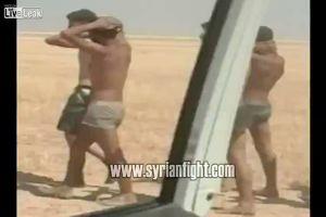 Soldati siriani prigionieri dell'Isis vengono fatti marciare nel deserto prima di essere giustiziati