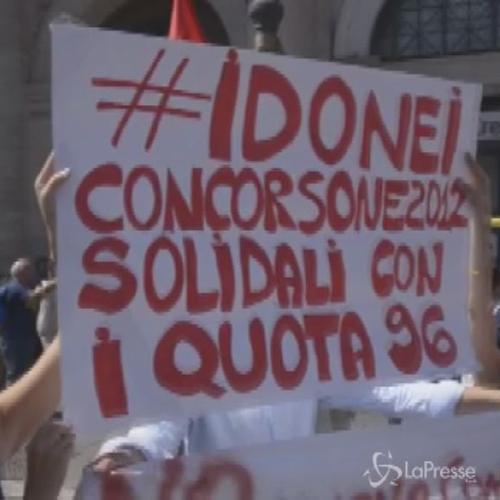 Scuola, a Roma protestano insegnanti, precari e 'quota ...