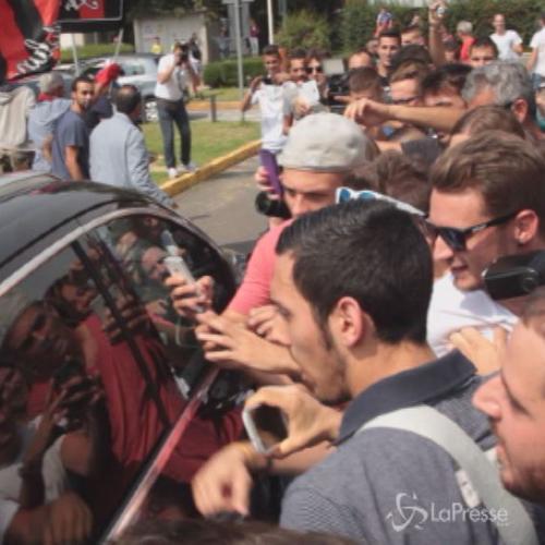 Calcio, Torres accolto da un bagno di folla rossonero all'aeroporto di Linate-Milano