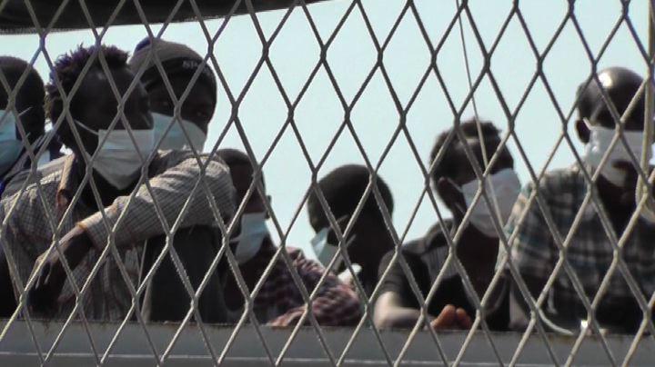 In porto a Napoli la nave Scirocco con a bordo 325 migranti