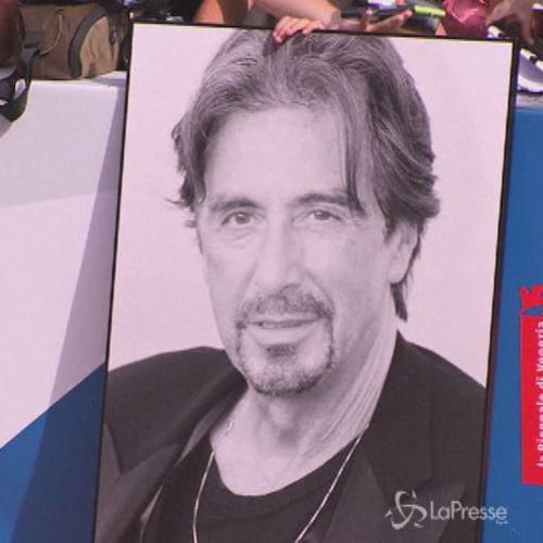Bagno di folla sul red carpet di Venezia per Al Pacino ...