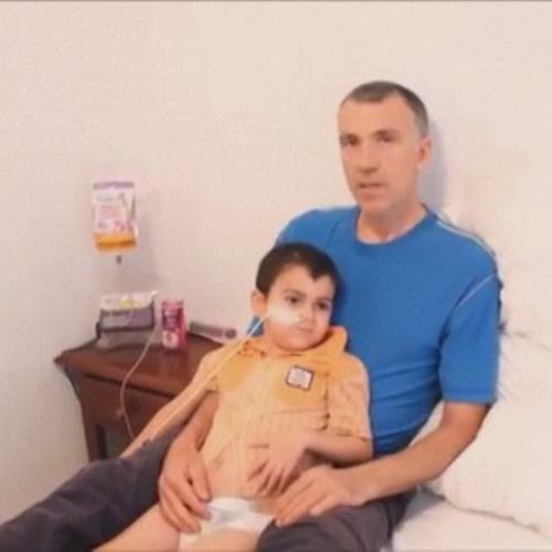 Video padre bimbo malato portato via da ospedale: ...