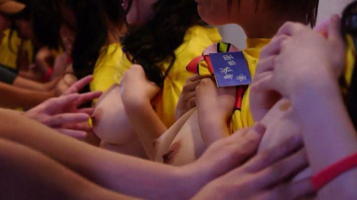 Tocca il seno e raccogli fondi per l'Aids: nuova moda in ...