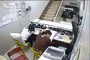 Dormono durante l'orario di lavoro, vengono rapinate