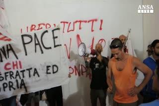 Antagonisti 'stoppano' dibattito festa Unita' a Genova