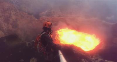 Tuffo nel cratere di un vulcano in eruzione
