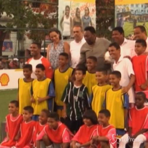 Pelé inaugura in una favela campo calcio illuminato da ...