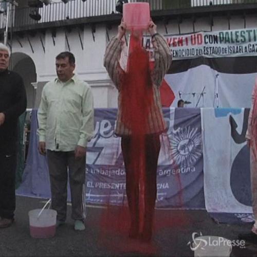Secchiate di vernice rossa per la pace in Medioriente