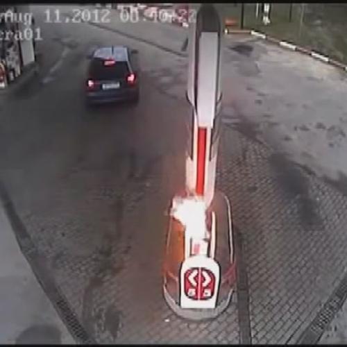 Parte con la pompa del carburante inserita nell'auto e ...
