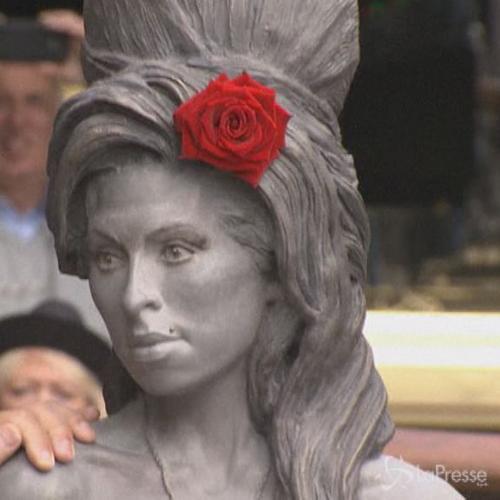 Presentata a Londra la statua di Amy Winehouse