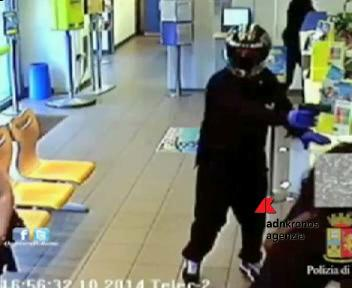 Ostia, rapina all'ufficio postale. Due arresti