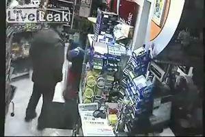 Assiste ad una rapina a mano armata, cliente ubriaco mette ...