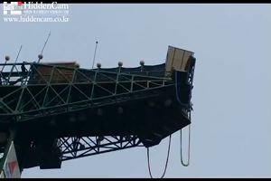 Bungee jumping, si lancia ma la corda non è in sicurezza: ...