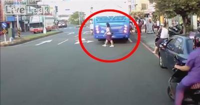 Ragazza sbadata sfiorata da un autobus