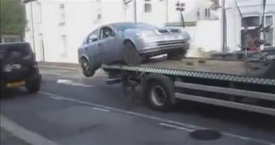 Auto ritirata, lui se la riprende dal carro attrezzi
