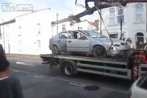 Auto sul carroattrezzi, proprietario scappa col proprio ...