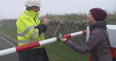 Artisti burloni costruiscono una finta dogana scozzese
