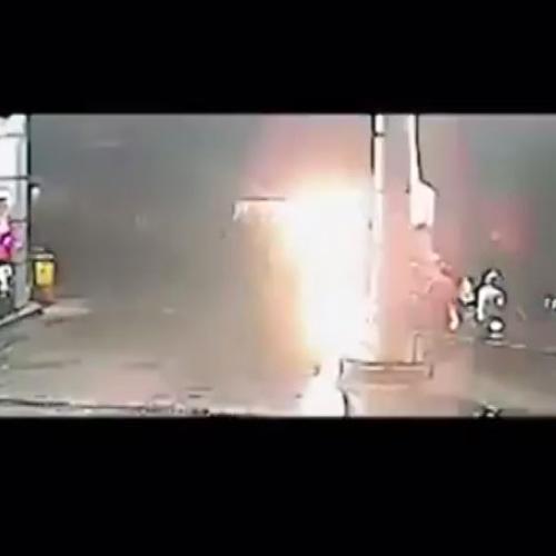 Autobus perde il controllo e sfonda stazione di ...