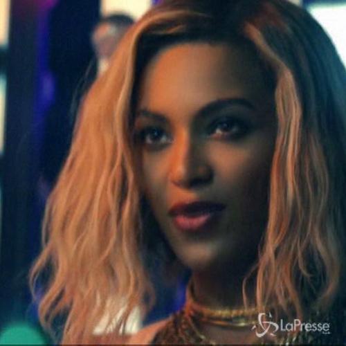 Beyoncé con bicchiere di champagne in mano smentisce voci ...