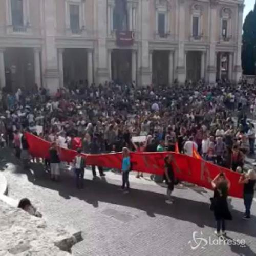 In centinaia davanti al Campidoglio per manifestare per la ...
