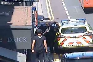 Tenta fuga dall'auto della polizia, viene placcato da un ...