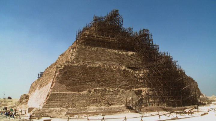 Allarme crolli per la piramide di Saqqara. Polemiche sul ...