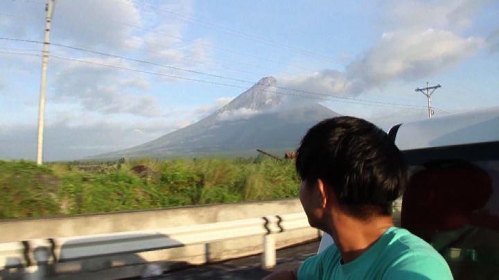 Nelle Filippine si risveglia il vulcano Mayon: paura tra la ...