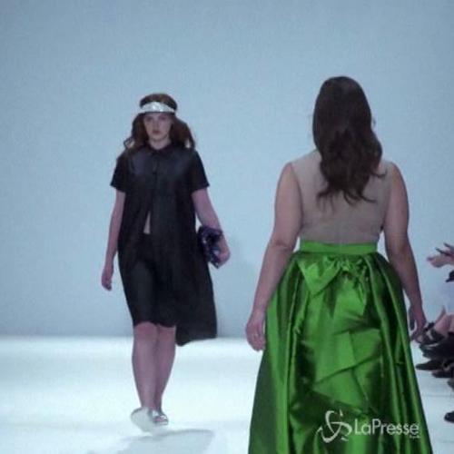 La casa di moda Evans porta in passerella le modelle ...
