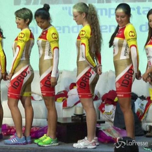 Bogota, team cicliste difende uniformi color carne ...