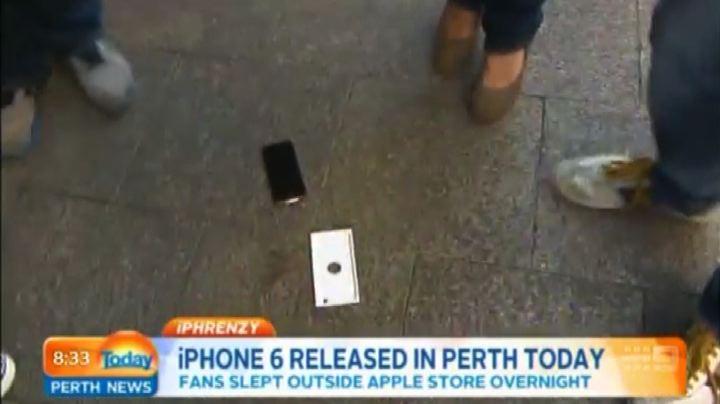Australia, compra per primo l'iPhone 6, ma gli cade in ...